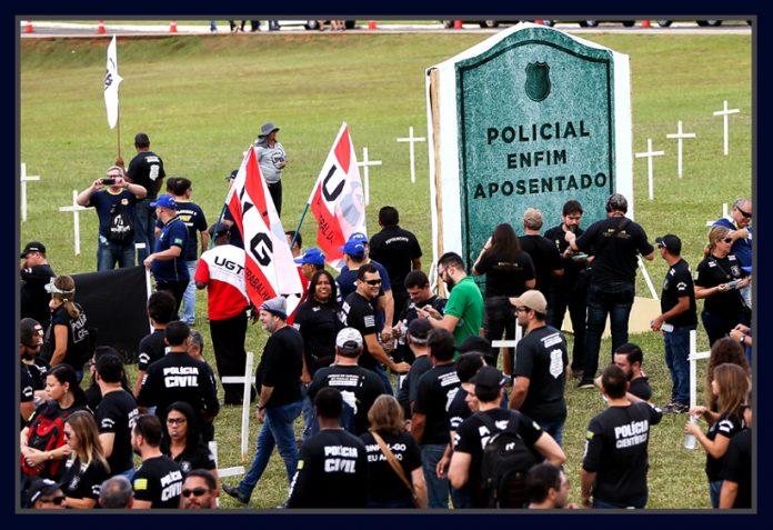 PoliciaisProtestam_CongressoNacional_PecPrevidencia-696x477