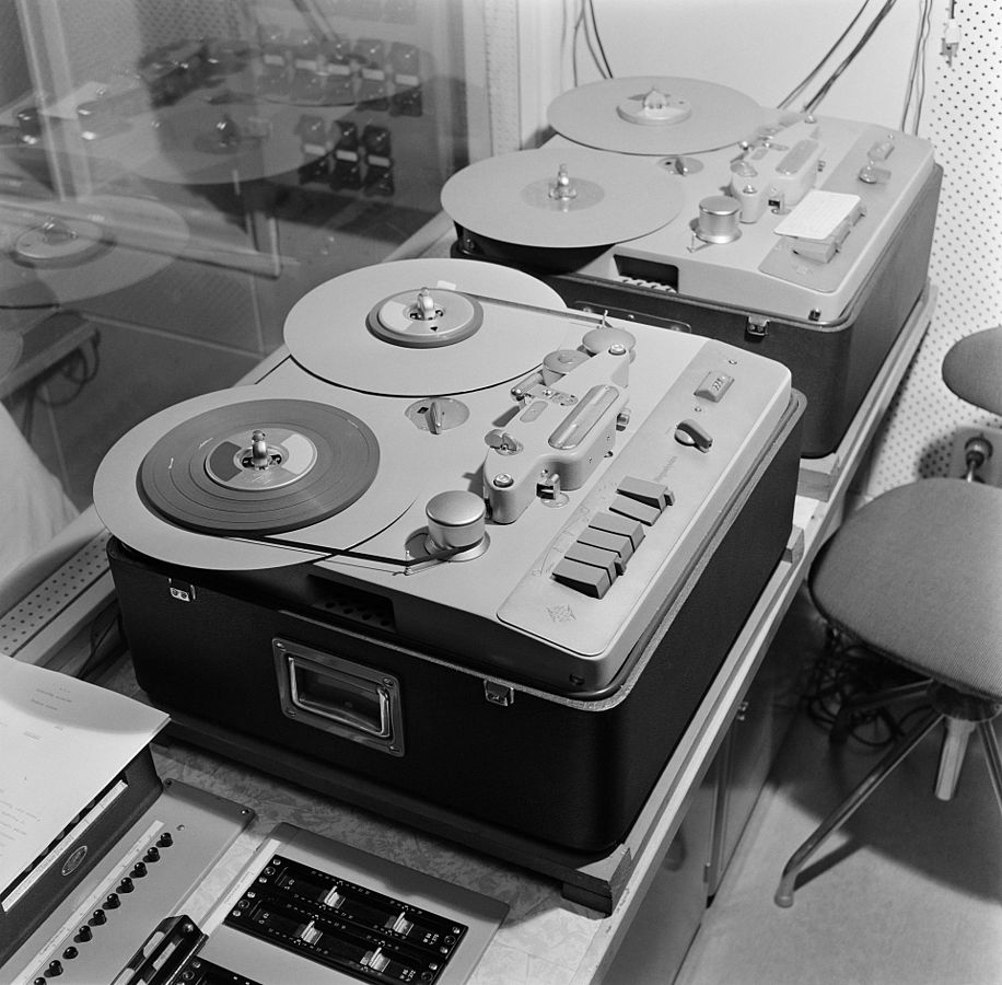 916px-Two_tape_recorders_in_the_television_studio_control_room_1958_29435919791-1495571482