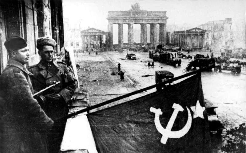 800px-Bundesarchiv_Bild_183-R77767_Berlin_Rotarmisten_Unter_den_Linden